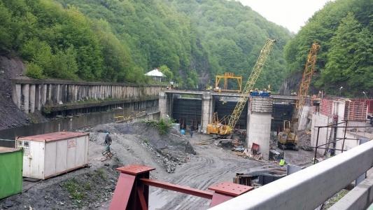 155 de milioane de euro, aruncate pe apa Jiului. Justitia romana opreste definitiv lucrarile la hidrocentrale construite in procent de 98%